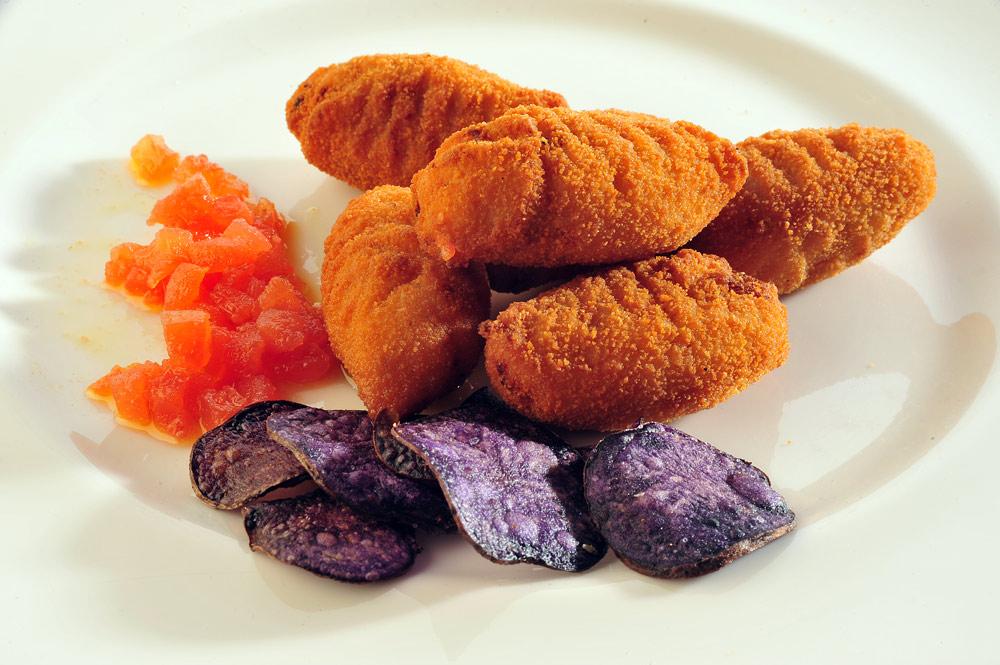 Croquetas de jamón con chips de patata